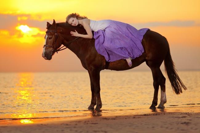 黄昏海边美女风景图片