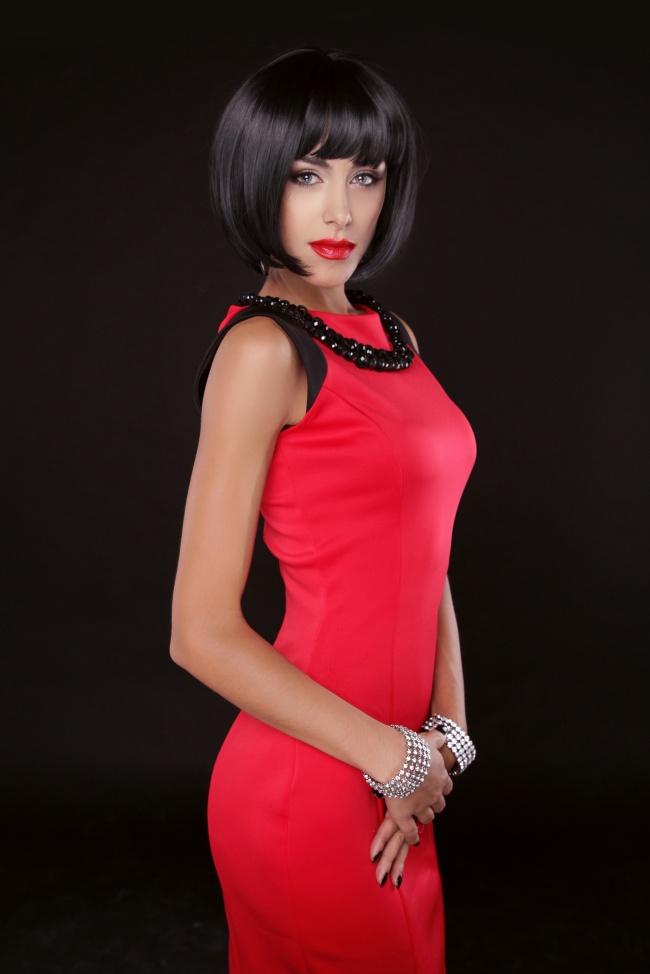 s型曲线身材短发美女图片图片