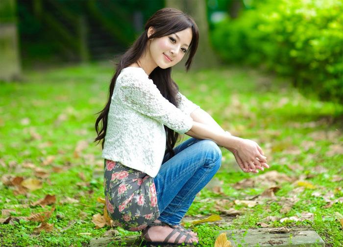 ps给树木边的美女加上柔美的深秋色
