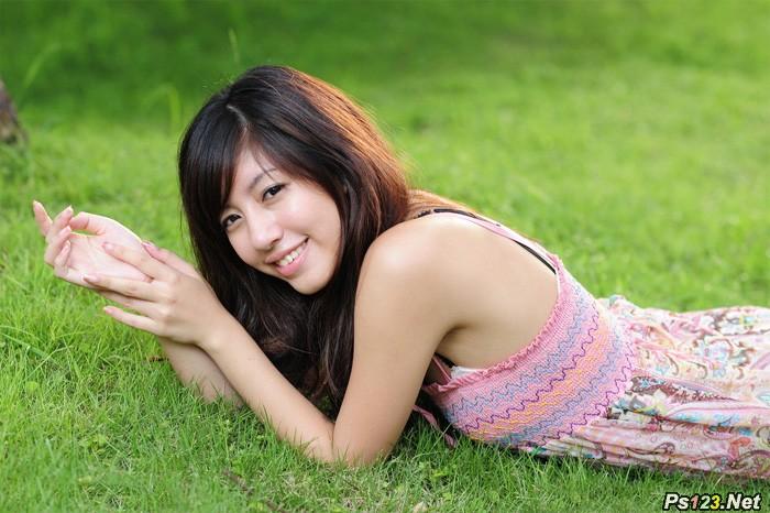 ps给绿草上的美女加上唯美的黄紫色