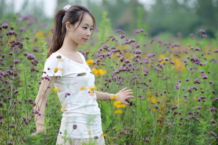 ps给野花中的美女加上柔美的淡紫色