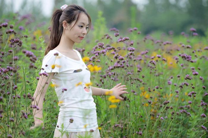 ps给花草中的人物加上甜美的淡褐色