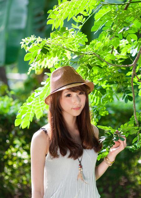 ps给绿树边的美女加上甜美的小清新淡褐色