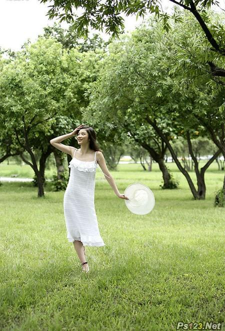ps给草地上面的美女图片加上漂亮的秋季蓝橙色