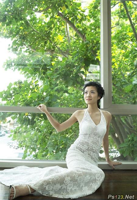 ps给窗户边上的美女图片加上梦幻的青绿色