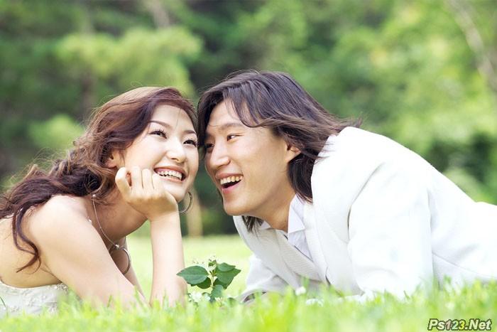ps给草地上的情侣图片加上流行的棕黄色