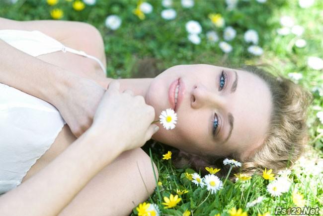 ps调出草地美女图片流行的欧美粉褐色