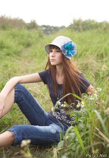 ps给草地美女图片增加鲜艳的蓝黄色