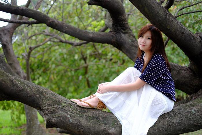 ps给树干上的美女加上秋季黄褐色