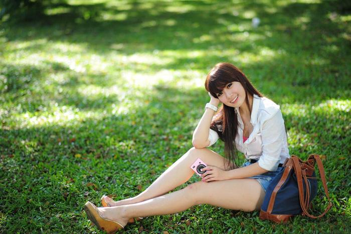 ps给草地上的美女加上秋季蓝红色