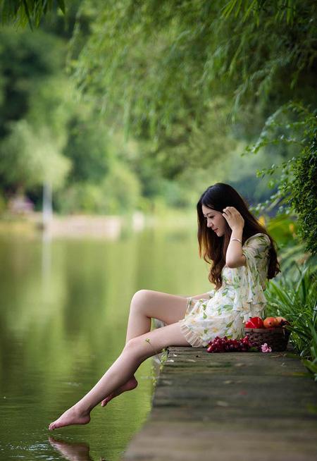 ps给池塘边的美女加上秋季蓝红色