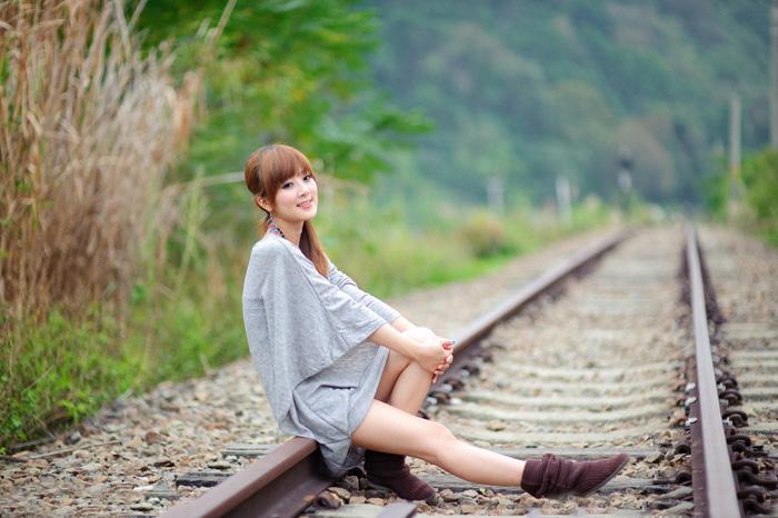ps给铁轨上的美女加上唯美的冬季红褐色