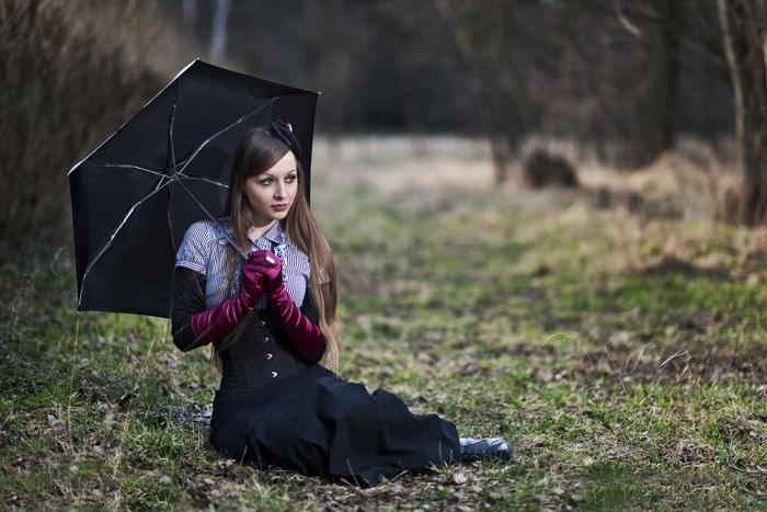 ps給樹林空地上的美女加上唯美的秋季深藍色