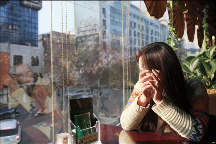 PS制作在茶餐厅静静等待的美女