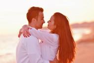 浪漫情侣拥抱图片