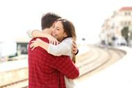 情侣拥抱的图片