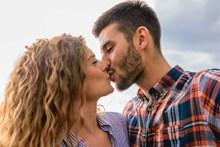 恩爱接吻情侣头像图片素材