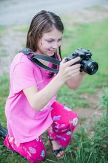 女孩拿相机拍照的高清图