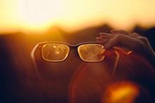 非主流手拿眼镜图片下载