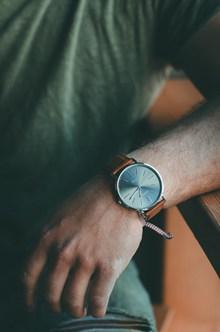 戴手表的手图片下载