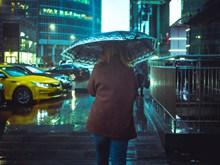 一个人下雨打伞背影高清图