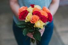 三色玫瑰花束图片