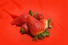 红色草莓背景图片