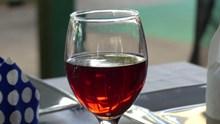 一杯葡萄酒特写图片