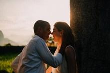 热恋中情侣浪漫图片
