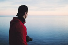 男人看海背影图片