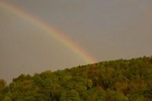 山顶彩虹天空图片