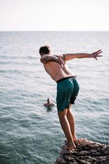 光脚跳海男人背影高清图