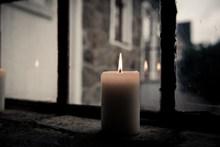 窗台上燃烧的白蜡烛高清图片