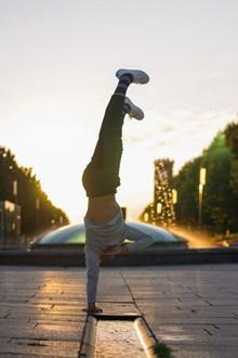 街舞帅哥单手倒立撑图片素材