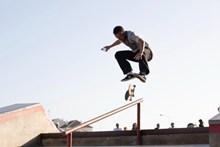 滑板翻板跳跃动作图片下载