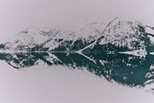 平静山水倒影高清图片