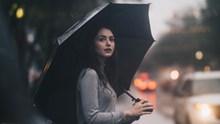 雨天美女撑伞唯美精美图片