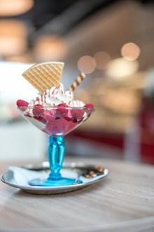 草莓圣代冰淇淋图片