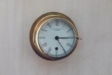 墙壁上复古时钟图片