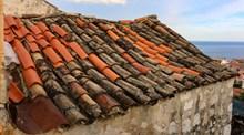 破旧屋顶瓦片高清图片