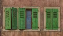 墙面绿色旧窗户高清图片