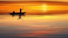 夕阳下划船剪影图片下载