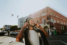 一个人戴耳机听歌图片