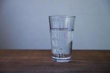 早晨一杯水高清图片