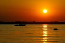 湖面黄昏日落景观图片素材