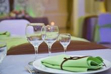 餐桌长的高脚杯高清图