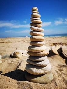 沙滩石头堆叠高清图