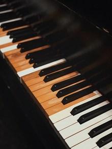 钢琴黑白琴键特写高清图片