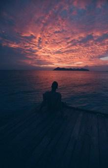 傍晚海边男人背影高清图片