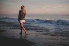 非主流海边美女背影图片